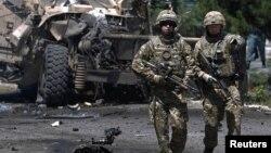 Pasukan AS mengamankan lokasi pasca serangan bunuh diri di Kabul, Afghanistan tahun lalu (foto: dok).