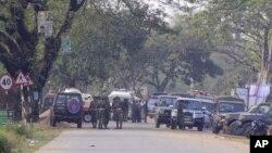 Les forces de l'ordre établissent un périmètre de sécurité autour d'un bâtiment lors d'un raid militaire anti-djihadiste dans la ville de Sylhet, dans l'est du Bangladesh, le lundi 27 mars 2017.