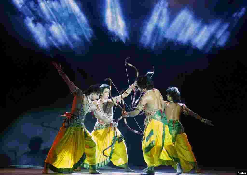 សិល្បករសម្តែងក្នុងកម្មវិធី Ramlila ដែលជាការបង្ហាញពីការប្រសូត្រព្រះរាម (Rama) នៅក្នុងពិធី Dussehra នៅក្នុងក្រុងញូវដែលី (New Delhi) ប្រទេសឥណ្ឌា។