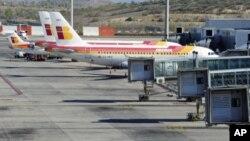 Phi cơ của hãng Hàng không Iberia đậu trong sân bay Barajas ở Madrid