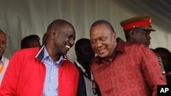 Presiden Kenya (kanan) berbicara dengan Wakil Presiden William Ruto dalam peresmian kereta api kargo di Mombasa, Kenya, 17 Mei 2017. Seorang laki-laki bersenjata menyerang dan melukai penjaga di kediaman Ruto, Sabtu (29/7). (Foto:Dok)