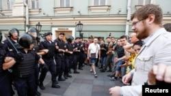 俄罗斯警察在莫斯科民众抗议有关养老金领取年龄举行全国示威时堵住了街道。(2018年9月6日)