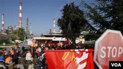 Para pekerja Perancis yang mogok saat memblokade fasilitas penyulingan minyak di Grandpuits sebelah timur Paris.