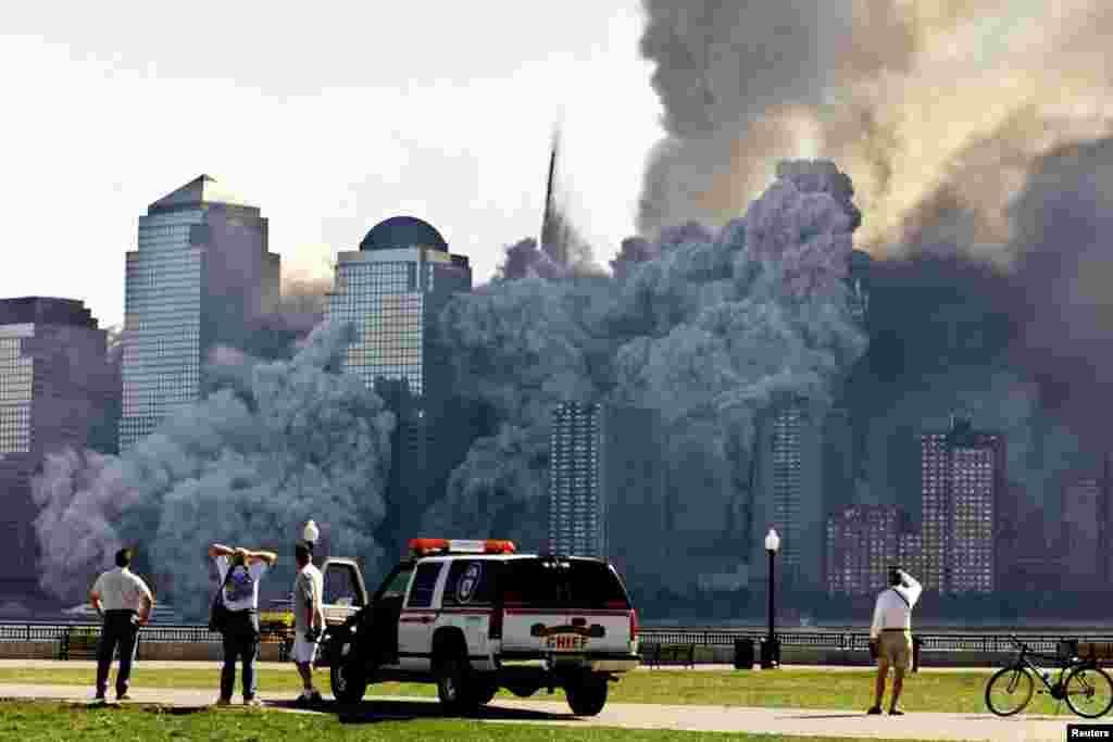 Le reste de la seconde tour s'est effondré dans une vague de poussière, le 11 septembre 2001.