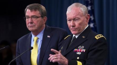 美国国防部长卡特(左)和参联会主席邓普西将军在五角大楼的新闻发布会上。(2015年7月1日)