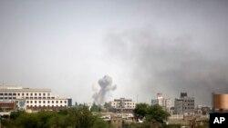 沙特领导的新一波空袭掀起的烟尘