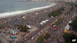 Các giáo dân công giáo đến dự Thánh lễ trên bãi biển Copacabana, 28/7/13