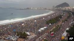 3 millones de personas llenaron la playa de Rio de Janeiro, la playa de Copacabana, durante la Vigilia y la Misa finales de la JMJ Rio2013.