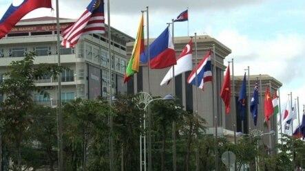 东盟各国国旗在东盟峰会会场外飘扬(2012年)