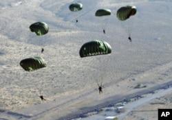 耐利斯空军基地的空降训练