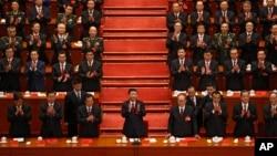 24일 중국 베이징 인민대회당에서 열린 제19차 공산당 전국대표대회 폐막식에서 시진핑 중국 국가주석(가운데)과 주석단이 박수를 치고 있다.