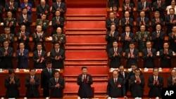 中共中央总书记、中国国家主席习近平在中共19大闭幕仪式上鼓掌。(2017年10月24日)