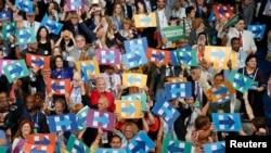 在希拉里被提名为民主党总统候选人之后,代表们手举支持希拉里的牌子(2016年7月26日)