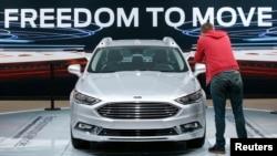 福特公司在底特律北美国际车展中展示的福特Fusion Titanium混合动力车。(2017年1月10日)