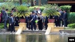 Bà Kim Ngân và ông Obama cho cá ăn tại nhà sàn Hồ Chủ Tịch.