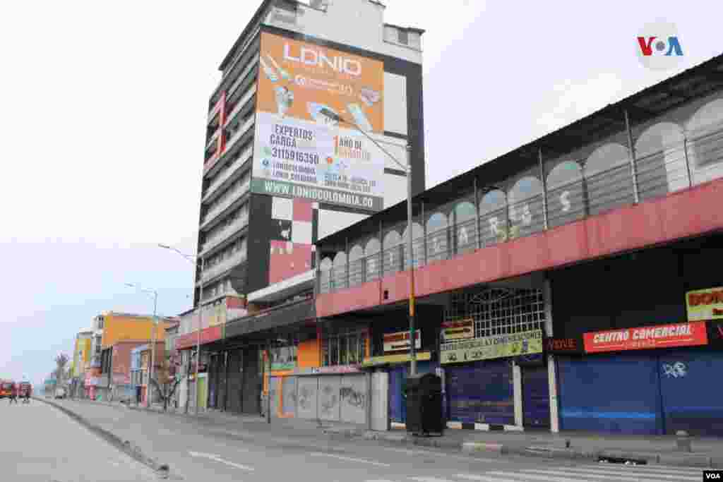 El centro de la ciudad de Bogotá tiene establecimientos comerciales, entidades públicas e iglesias cerradas por la pandemia del coronavirus.