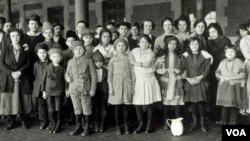 Un grupo de migrantes, algunos de ellos menores, en Ellis Island en 1908.