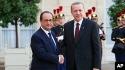 Tổng thống Pháp Francois Hollande (trái) nghênh đón Tổng thống Thổ Nhĩ Kỳ Recep Tayyip Erdogan tại Điện Elysee ở Paris, 31/10/2014.