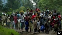 Des villageois de Kiwanja, à 90 km au nord de Goma, dans l'est du Congo, ont fui de violents combats mercredi 5 novembre 2008 entre des rebelles et une milice Mai Mai pro-gouvernementale dans l'est du Congo sans foi ni loi autour de cette capitale provinciale. (AP Photo / Jerome Delay)