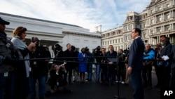美国财政部长姆努钦(Steve Mnuchin)2018年12月3日在白宫对记者谈论对华贸易谈判。
