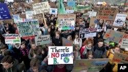 Analyse: les jeunes du monde demandent des actions contre le changement climatique