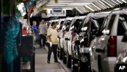 General Motors şirketine ait bir otomobil fabrikasında üretim tezgahından çıkan araçlar