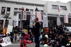 """3月20日台湾立法院外一位教授对学生讲话。有标语说""""逐一审查服贸条款"""""""