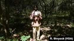 Ibrahima Ingo, un réfugié du Sénégal qui vit maintenant en Guinée-Bissau, conserve son enregistrement de citoyenneté alors qu'il se trouvait dans son champ de cajou à Pelundo, le 11 novembre 2018.
