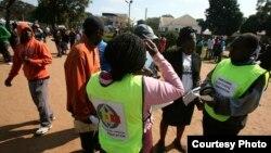 Izisebenzi zeZimbabwe Electoral Commission zifundisa abantu indlela zokuvota