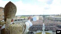 바티칸 성 베드로 광장에서 부활절 미사를 집전하는 교황 베네딕토 16세