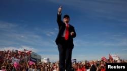 Tư liệu- Ứng viên Tổng thống Donald Trump trò chuyện với những người ủng hộ tại Million Air Orlando máy bay chứa máy bay ở Sanford, Florida, Hoa Kỳ ngày 25 tháng 10 năm 2016.