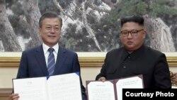 Cənubi Koreya prezidenti Mun Cae-in və Şimali Koreya lideri Kim Conq Un Pxenyanda birgə bəyanat imzaladıqdan sonra, 19 sentyabr, 2018.