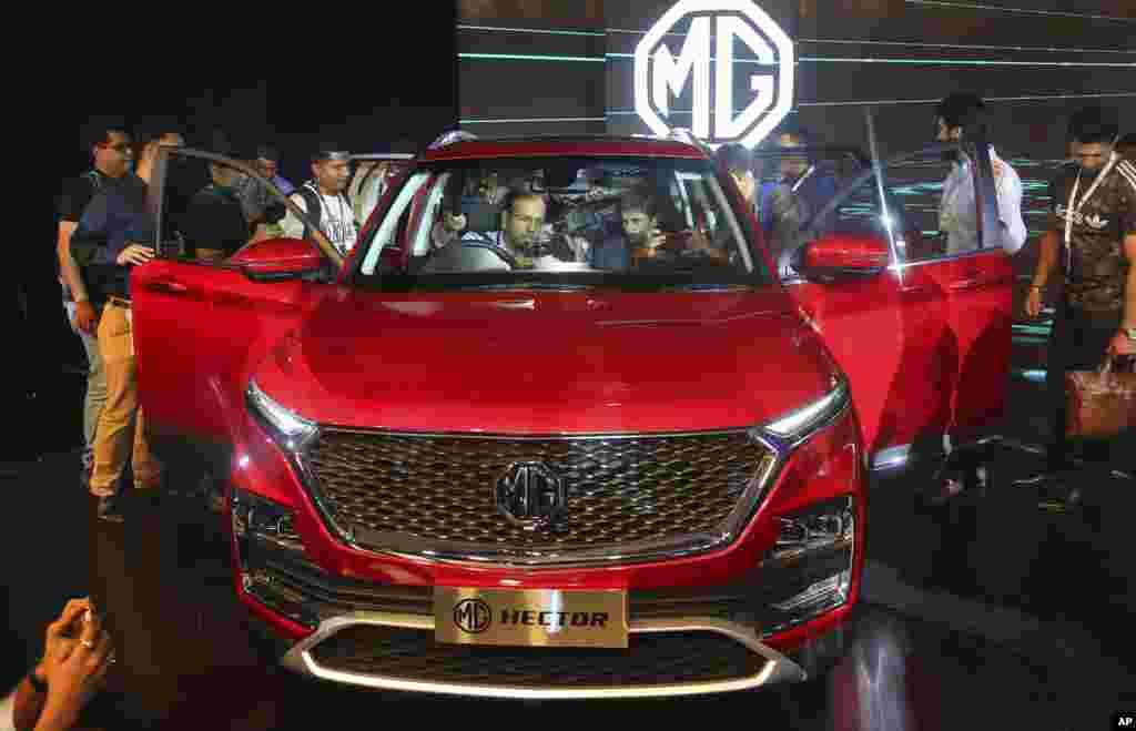 نمایش یک خودروی «ام جی» یا موریس گاراژ که در هند تولید می شود. این نمونه اس یو وی این خودرو به نام هکتور است.