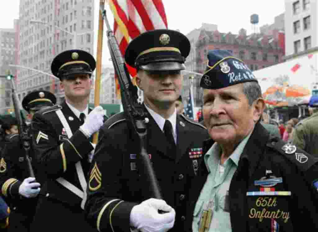 Los soldados del batallón de reclutamiento de la ciudad de Nueva York y el veterano estadounidense Samuel Vásquez, durante una ceremonia Madison Square Garden en NY.
