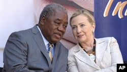 美国国务卿克林顿6月11日与赞比亚总统班达交谈