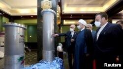 伊朗总统鲁哈尼2021年4月10号在德黑兰参观伊朗核技术取得的成就。