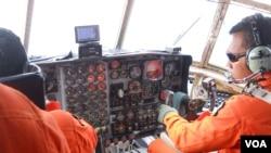 Kokpit pesawat Hercules TNI-AU dalam penerbangan mencari pesawat AirAsia yang hilang (VOA/Andylala).