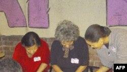Жінки працюють над проектом клаптикової ковдри