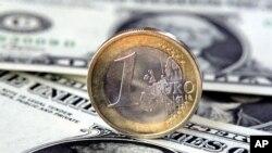 Nilai tukar euro yang digunakan 17 negara eurozone turun ke titik terendah dalam dua tahun terhadap dolar Amerika (foto: dok).