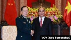 Chủ tịch nước Việt Nam Nguyễn Xuân Phúc tiếp Ủy viên Quốc vụ kiêm Bộ trưởng Bộ Quốc phòng Trung Quốc Ngụy Phượng Hòa tại Hà Nội vào ngày 26/4/2021.