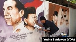 Seniman Solo aksi mural menggambar wajah Presiden Jokowi dan Wapres Ma'ruf Amin di dinding kampung Gremet Manahan Solo
