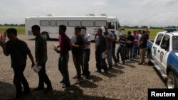 Un grupo de deportados llegan a San Pedro Sula, Honduras. Su número ha crecido a niveles récord en 2013.