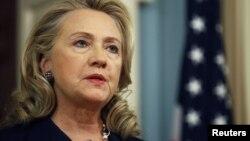 ທ່ານນາງ Hillary Clinton, ລັດຖະມົນຕີການຕ່າງປະເທດ ສະຫະລັດ ຈະໄປໃຫ້ການຕໍ່ ທັງສະພາສູງແລະສະພາຕໍ່າ ຂອງສະຫະລັດໃນວັນພຸດມື້ນີ້ ກ່ຽວກັບຄວາມຫລົ້ມແຫລວ ໃນການຮັກສາຄວາມປອດໄພ ໃຫ້ກົງສຸນສະຫະລັດ ຢູ່ເມືອງ ເບັງກາຊີ ປະເທດລີເບຍ.