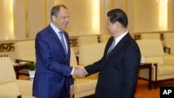 중국을 방문 중인 세르게이 라브로프 러시아 외무장관(왼쪽)이 15일 베이징 인민대회당에서 시진핑 중국 국가주석과 면담했다.