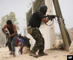 Des combattants du CNT tirent sur les forces pro-Kadhafi à Syrte (8 octobre 2011)