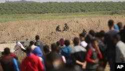 Manifestants palestiniens près de la frontière entre la bande de Gaza et Israël, le 31 mars 2018.