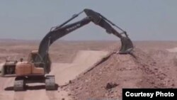 An Iraqi excavator digs a trench outside of Baghdad, which government officials say is a security measure, Feb. 9, 2016. (Courtesy of Salah Bamarni)