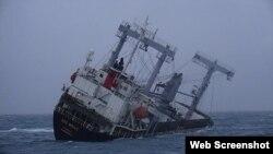 Tàu Xin Hong bị nghiêng ngày 17/12 ngoài khơi tỉnh Bình Thuận, lúc chưa bị chìm hẳn. Photo PLO.