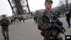 파리 에펠탑 근처에서 경계 근무 중인 프랑스 군인 (자료사진)