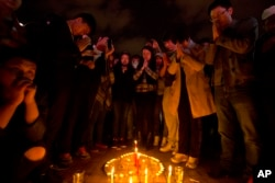 3月2日,人们在昆明火车站外的一个广场为暴徒砍人事件的死难者祈祷